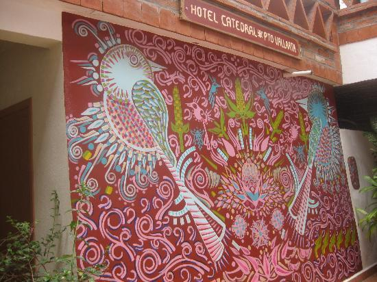 Catedral Vallarta Boutique Hotel: Attractive tile mural in courtyard