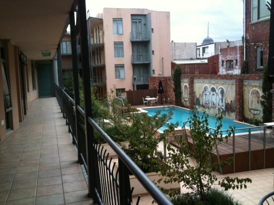Metropole Hotel Apartments & Conference Centre: Pool view from back building
