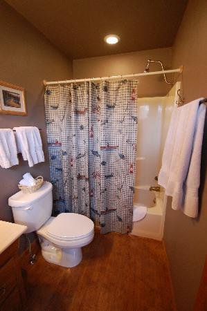 TroutChasers Lodge & Fly Fishing Outfitters: Madison Room Bath