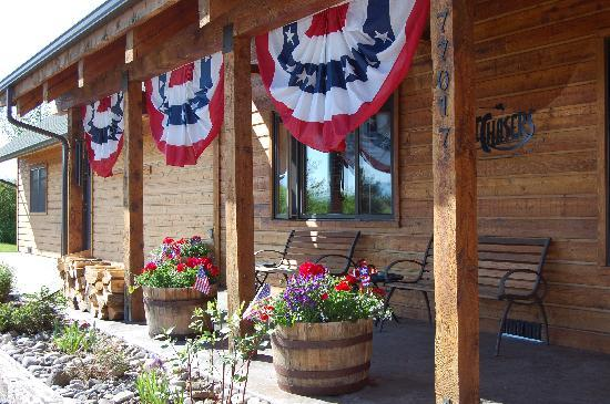 TroutChasers Lodge & Fly Fishing Outfitters: Lodge Front Porch
