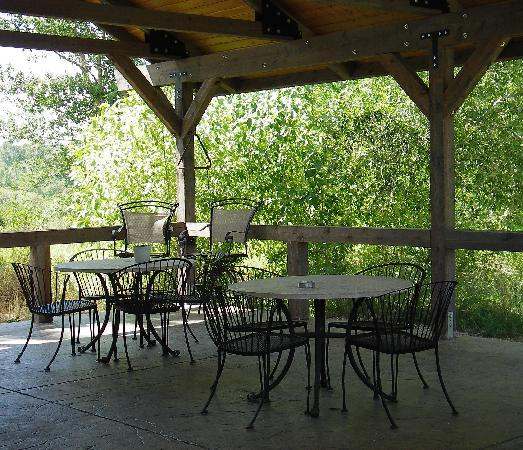 TroutChasers Lodge & Fly Fishing Outfitters: Gazebo Outdoor Eating Area