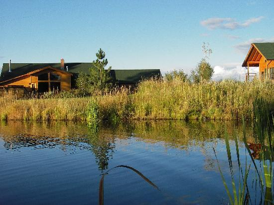 TroutChasers Lodge & Fly Fishing Outfitters: Lodge & Cabin Overlooking Pond