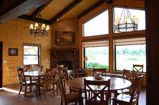 TroutChasers Lodge & Fly Fishing Outfitters: Lodge Dining Room