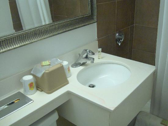 Super 8 Watertown/Cambridge/Boston Area: Bathroom 1