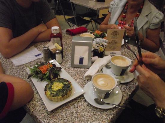 Santa Fe News & Espresso: Café antes de ir às lojas.