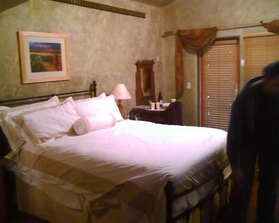 Emerald Iguana Inn: COMFY Bed :)