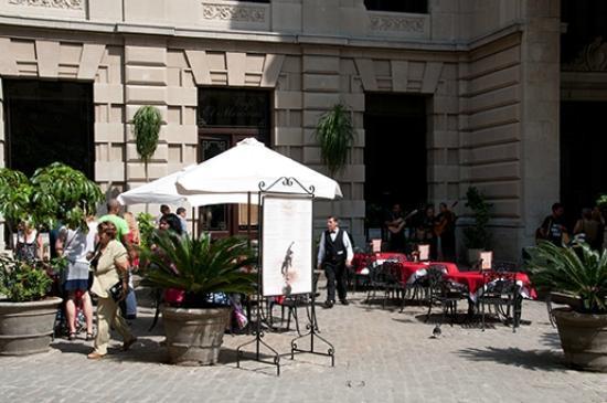 San Francisco de Asís Square: El Mercurio restaurant in the Lonja del Comercio building