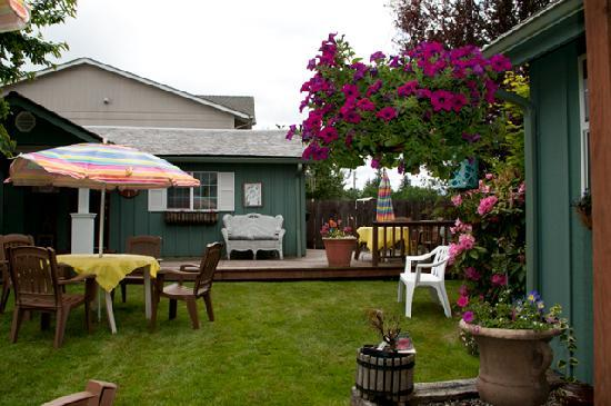 Shadynook Cottage: Relax in the courtyard!