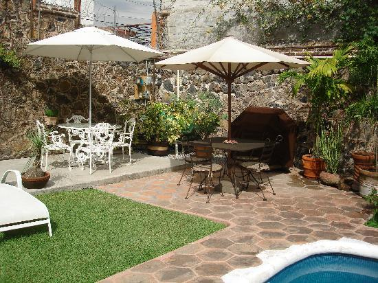 Casa Chocolate Bed and Breakfast : garden seating areas