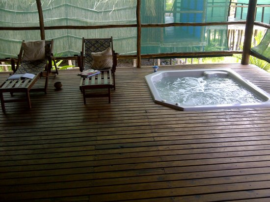 Barra Cuda Lodge : Relaxing next to the jacuzzi