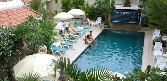 Sansuk Guesthouse : Pool and garden
