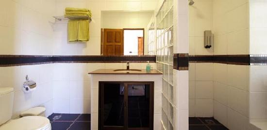 Sansuk Guesthouse : Private bathroom