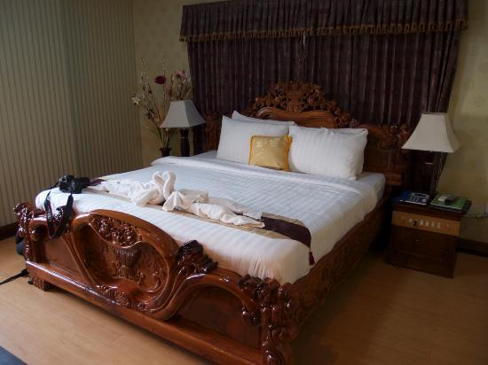 King Fy Hotel: bed