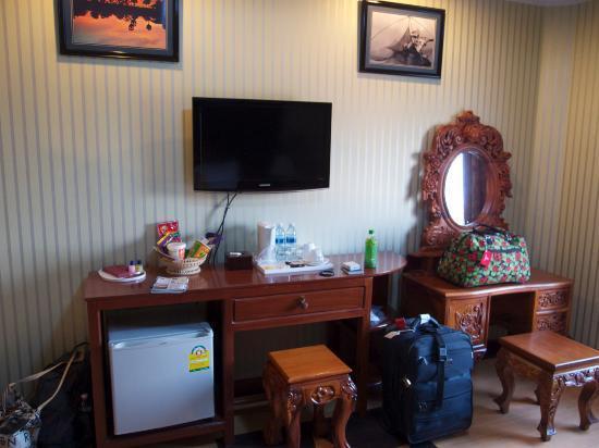 King Fy Hotel: tv, mini fridge, kettle, food basket