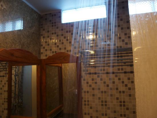 King Fy Hotel: shower power!!