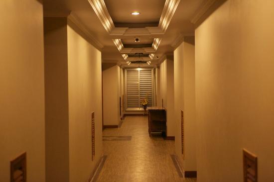 King Fy Hotel: corridor outside room