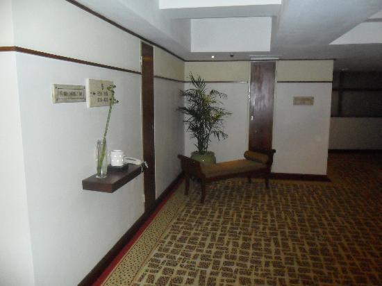 Holiday Inn Bandung: Lift lobby - avoid the rooms here as you get the bing bong of the lifts on all levels all throug
