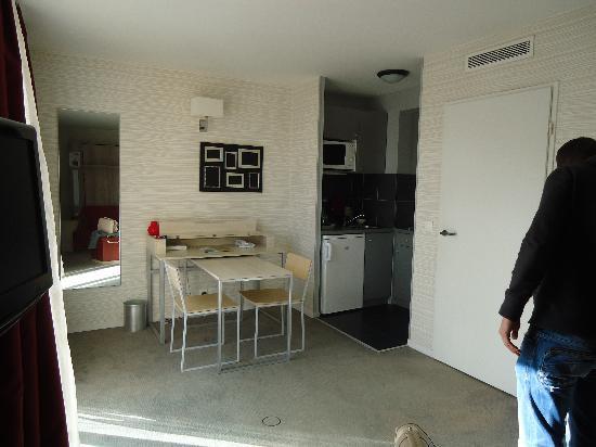 Adagio City Aparthotel Montrouge: keuken en eetkamertje