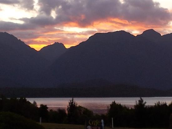 Manapouri Lakeview Motor Inn: View of the lake at sunset
