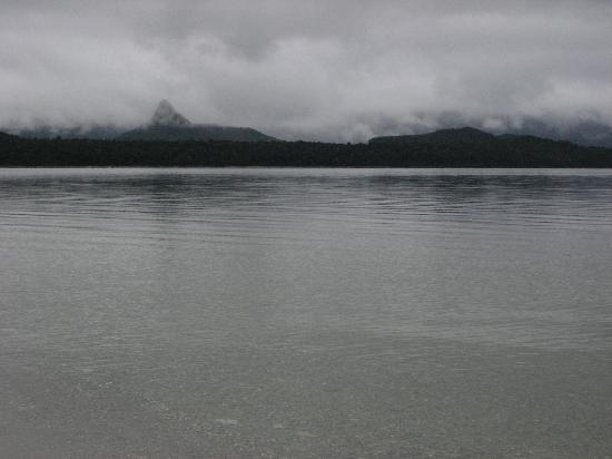 Manapouri Lakeview Motor Inn: View of the lake in morning