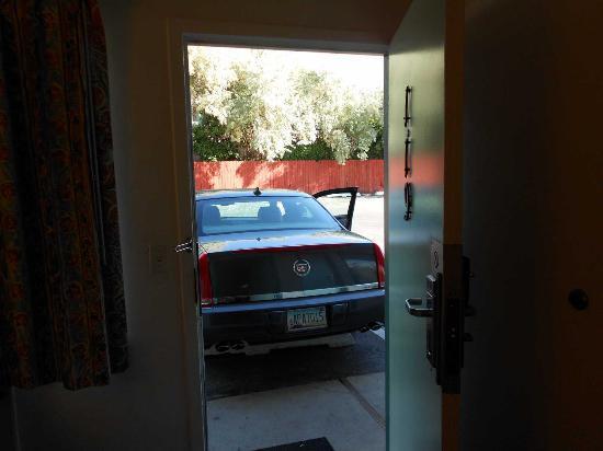 Motel 6 Salt Lake City Downtown: Aparcamiento en la misma puerta