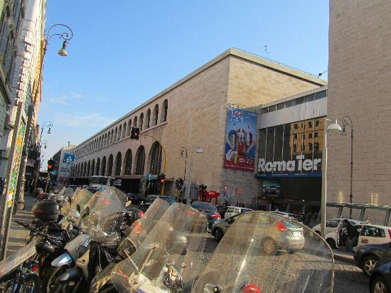 Hotel Stromboli: vista del hotel,estacion termini enfrente