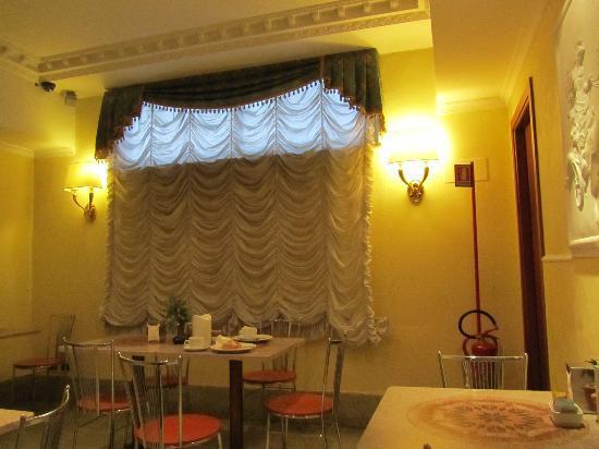 โรงแรมสตอมโบลิ: desayuno