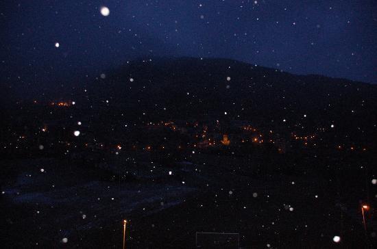 Hotel Spa Acevi Val d'Aran: VISTAS POR LA NOCHE NEVANDO DESDE LA SUITE