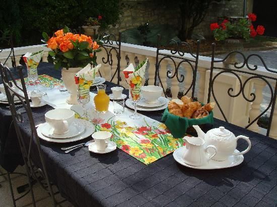Le Vesinet, Francia: Breakfast on terrace