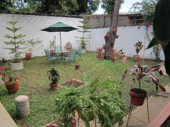 Jose Manuel's Guest House: Patio