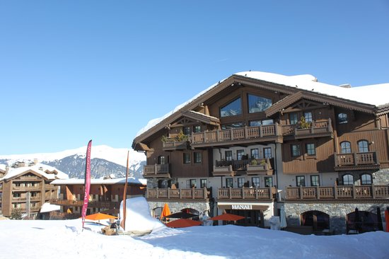 Hotel Manali : View of hotel from beginner slope.
