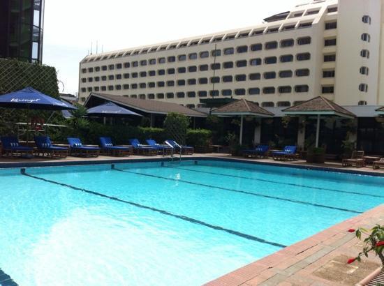 ฮิลตัน โฮเต็ล: Pool area.
