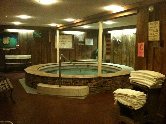 Summit Lodge & Resort: Hot Tub after tiling (good job!)
