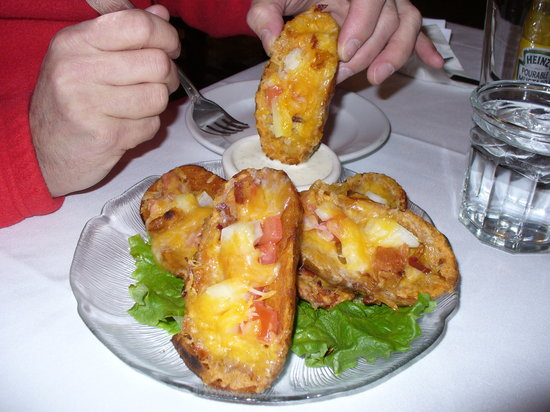 Michigan House Cafe & Brewpub: Simple potato skins but very yummy.