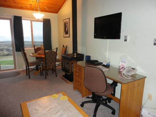 Shorewater Resort: Updated TV.  Free cable, wired and wireless internet.  Room 206.