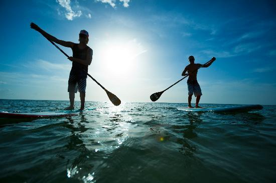 Saint Pete Beach, Floride : Stand-up Paddleboarding is a fun way to keep in shape.