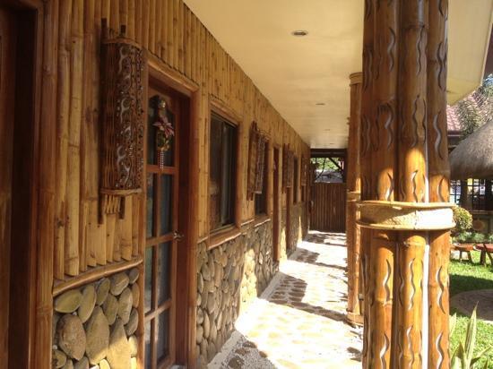 Casa Fuerte B&B: walkway outside the rooms