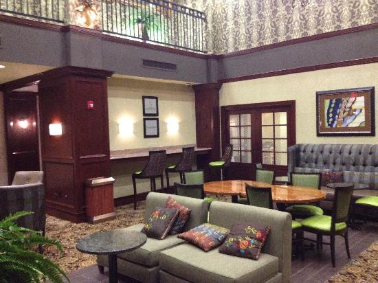 Hampton Inn & Suites Hartford/Farmington: The dining room.