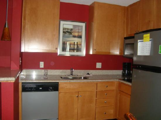 Residence Inn Newport / Middletown: the cozy small kitchen in our room