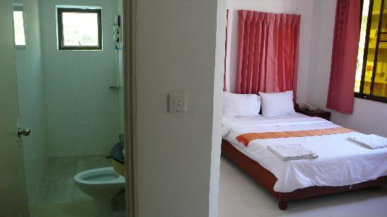 Khmer City Hotel: Room and bathroom