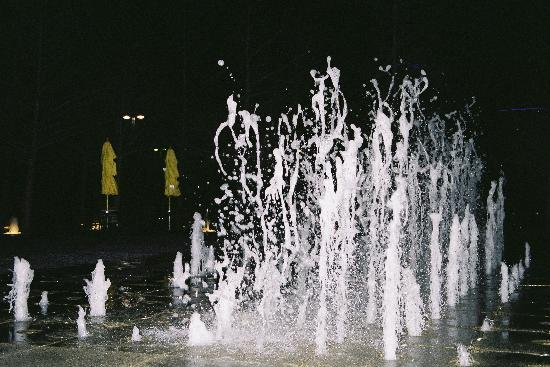 Fountain Place: water show