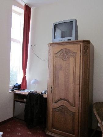 Hotel Domstern: Not the usual place for the TV, but it worked