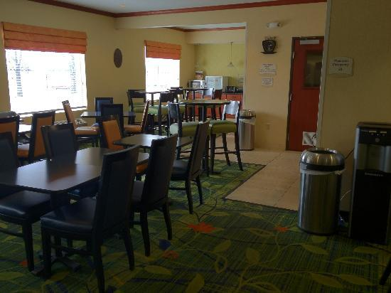 Fairfield Inn & Suites Kansas City Airport: Breakfast Area