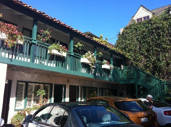 Casa de Carmel Inn: Parking lot very useful, and a warm decore on the building.