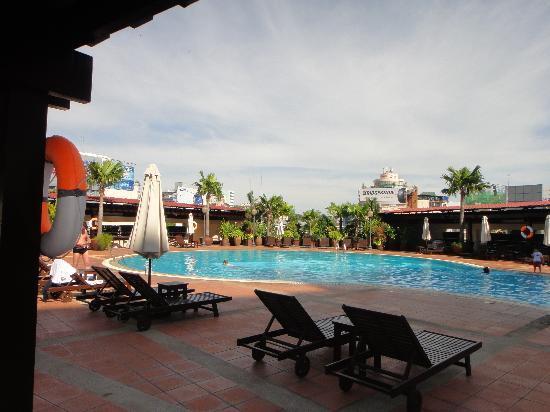 New World Saigon Hotel: フィットネスジム隣接のプール