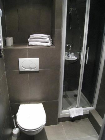 Hotel des Arenes : The bathroom