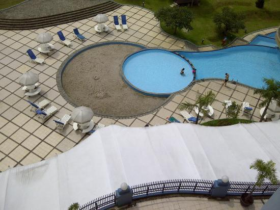 Marbella Suites Bandung : the pool and sand zone