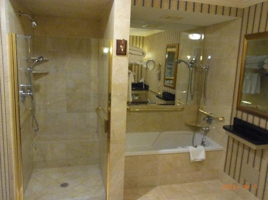 The Talbott Hotel: シャワーと浴槽が別なのでちょっとリッチな気分