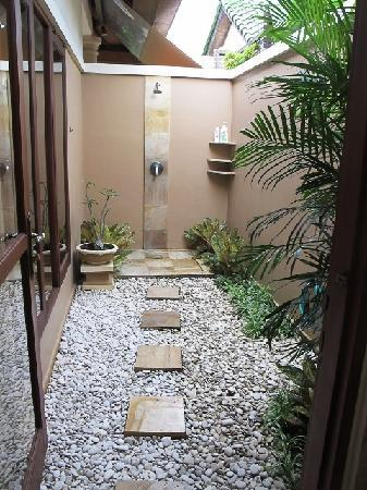 Lazy Dog Villa: Bedroom 1 outdoor shower