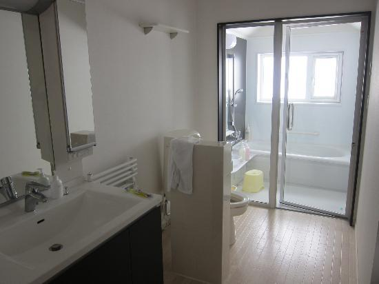 Tsuru Apartments: Great bathroom/laundry facility